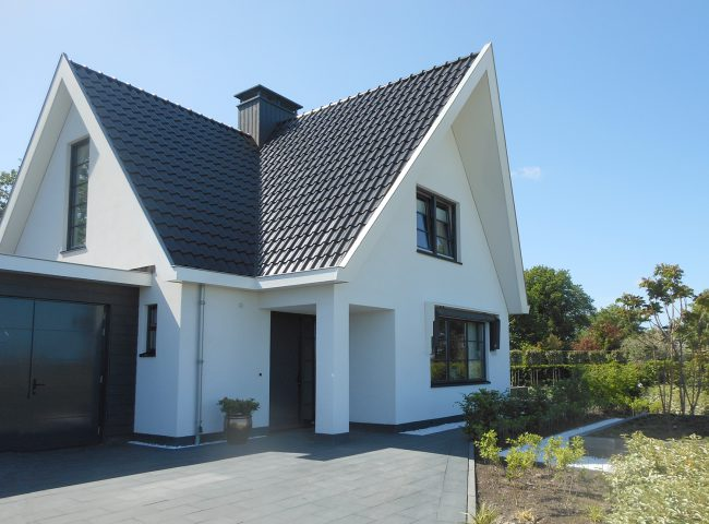 voorkant met garage nieuwbouw wit vrijstaand huis heiloo