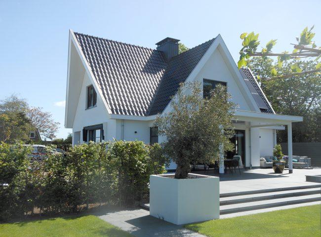 zijaanzicht nieuwbouw wit vrijstaand huis heiloo